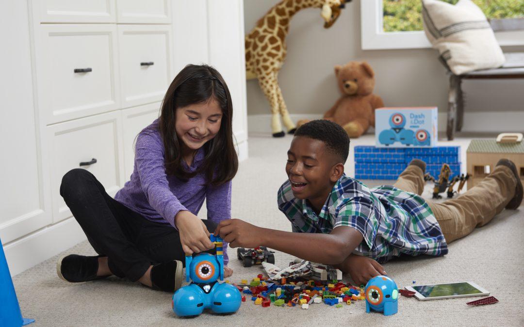 Crianças e Adolescentes aprendem programação e robótica interagindo com os robôs Dash & Dot