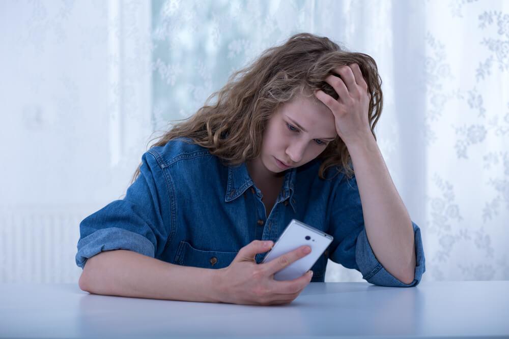 Saiba o que é cyberbullying e como falar desse assunto com seu filho